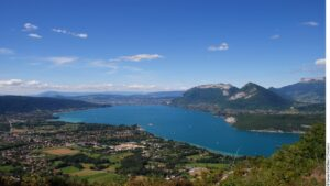 Laissez-vous envouter par la beauté des paysages des Alpes, avec ses montagnes aux sommets vertigineux avec l'agence Philibert