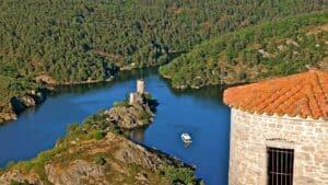 Arpentez le pays le long des gorges de la Loire, parcourez le parc naturel du Pilat à travers ses vignobles et son majestueux monastère