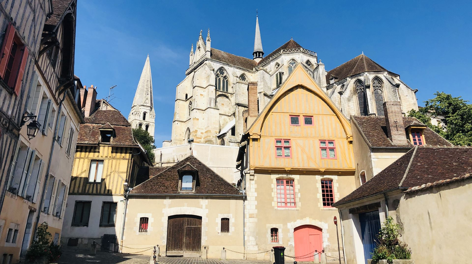 NORTH BURGUNDY AND CHABLIS VINEYARD BY BIKE – DELUXE TOUR
